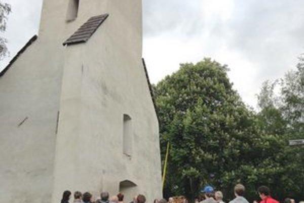 Zraz pri kostolnej veži. Návštevníci nakoniec zaplnili celý kostol.