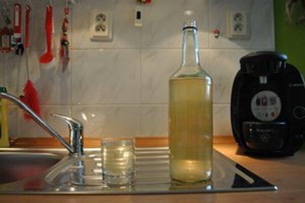Tatranská zdravá voda z vodovodu. Červené zafarbenie razom odradí od túžby napiť sa.