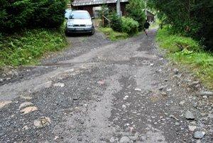 V strede dediny. Tu sa asfaltka končí.