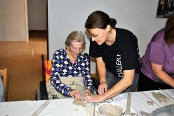 Anna Galátová (sediaca). Za pomoci organizátorov to zvládla.