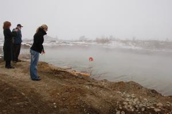 Voda z vrtu so 61,8 stupňa sa ochladzuje v tejto nádrži. Tá sa vypúšťa do potoka.