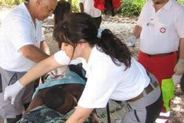 Operácia nádoru. V páľavách pod holým nebom chirurg Zaher Mahmoud so záchranárkou Dankou Spišiakovou operovali nádor.