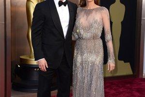 Herečka Angelina Jolie si vybrala metalické šaty návrhára Ellieho Saaba. Pôsobila v nich veľmi elegantne a padavý materiál odviedol pozornosť od jej príliš štíhlej postavy. Počas večera ju sprevádzal manžel Brad Pitt.