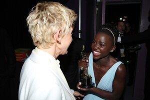 Ellen DeGeneres (vľavo) a Lupita Nyong