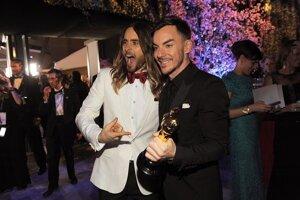 Jared Leto (vľavo) ukazuje na svoju sošku Oscara za najlepší mužský herecký výkon vo vedľajšej úlohe, ktorú drží jeho brat Shannon Leto.
