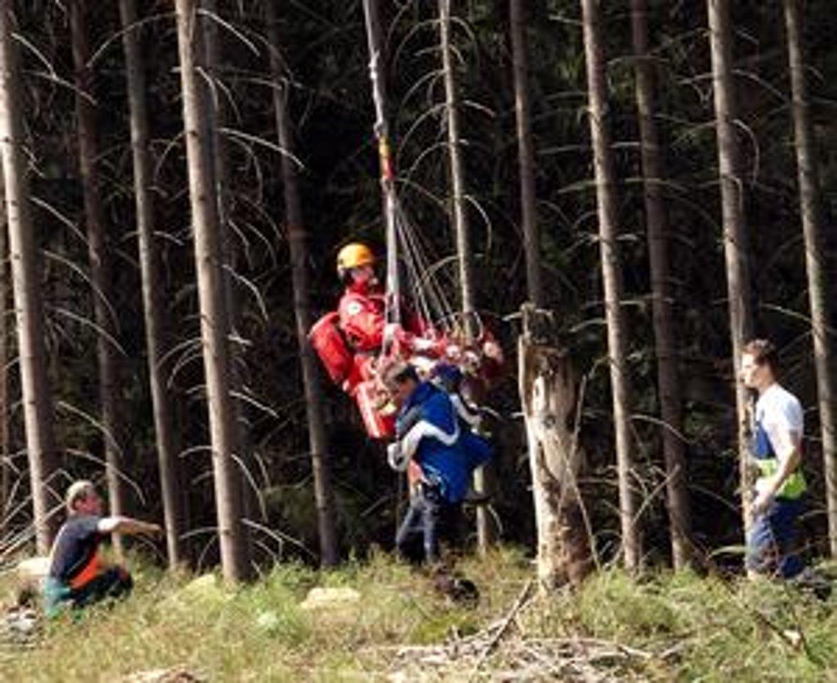3f98fc36660b Slavomír Kállay po základnom ošetrení v podväze vrtuľníka prenáša pacienta.