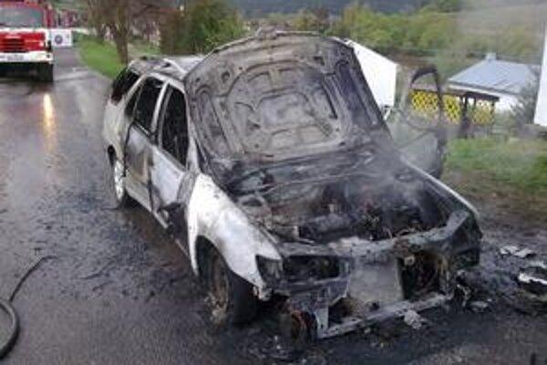 Peugeot 306. Vodičovi zo Spišskej Belej počas rannej jazdy vzbĺklo auto.