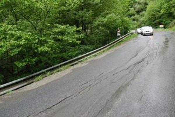 Poškodená cesta na horskom priechode cez Kozie chrbty.