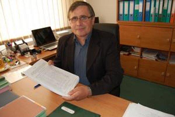 Jozef Harabin. Šéf Spišskej Starej Vsi v rukách drží petície s viac ako tisíc podpismi pobúrených Zamagurčanov.
