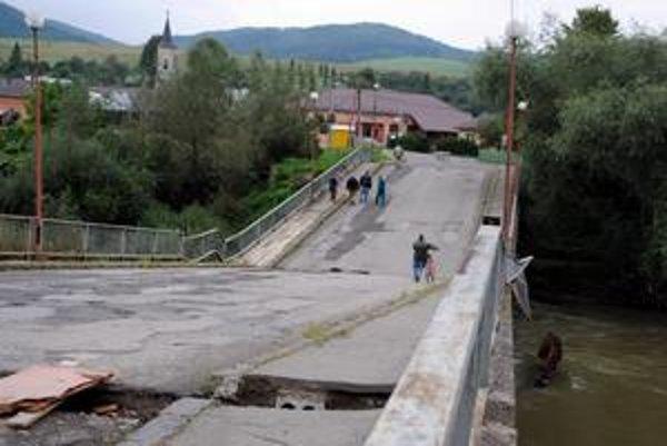 Most v Orlove. Ľudia ním prechádzajú. Ktovie, aký režim bude fungovať v zime.