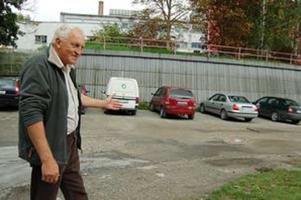 """Jozef Pix. """"Ľudia radšej autom vbehnú do diery, než by mali niekde zaplatiť...,"""" myslí si muž z Malého Slavkova."""