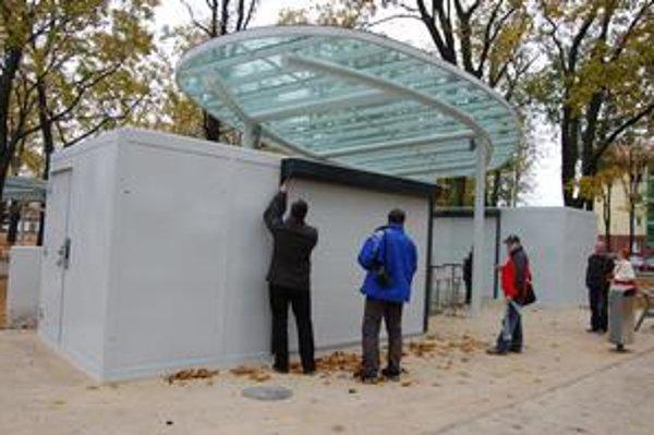 Dva stánky. V parku pribudol novinový stánok s WC (vľavo) a bufet so stolíkmi (vpravo).