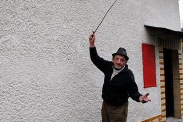 Stále sa zamyká. Majiteľ domu hovorí, že dvere má zamknuté aj cez deň. Vraj keď príde z práce syn, vždy mu takto paličkou zabúcha na okno.