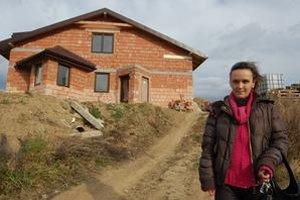Alena Adamjaková. Domček majú hotový už dva roky. Celá rodina netrpezlivo čaká, kedy sa doň nasťahujú. Nateraz nemôžu.
