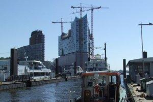 Hamburg, industriálny charakter mesta, jeho starý prístav i modernú architektúru.