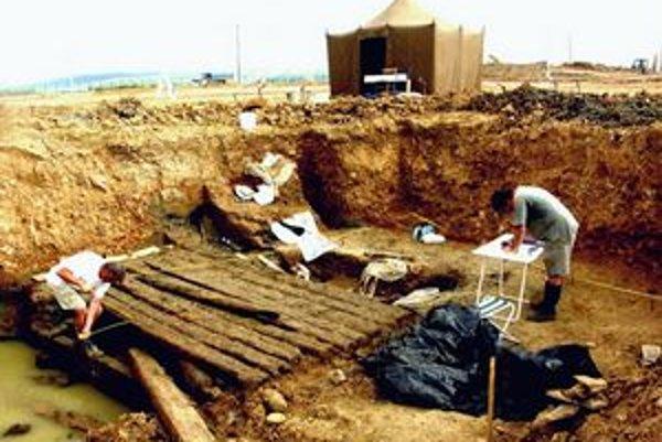 Archeológovia pri odhaľovaní hrobky v Poprade-Matejovciach v roku 2006.