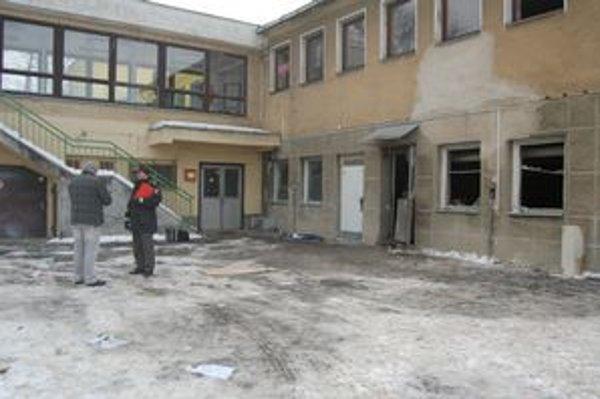 Výbuch nastal v prístavbe, v šatni údržbárov.