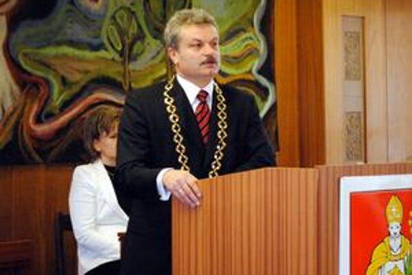 Michal Biganič. Za primátora sa dostal ako nezávislý. Za sebou má prvé vedenie poslaneckej schôdze, kde sa preberal aj primátorský plat.