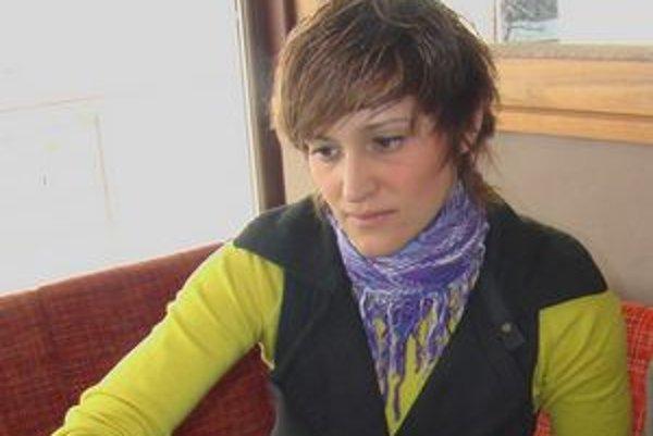 Dawn Jani Birley. Reportérka televízie pre nepočujúcich.