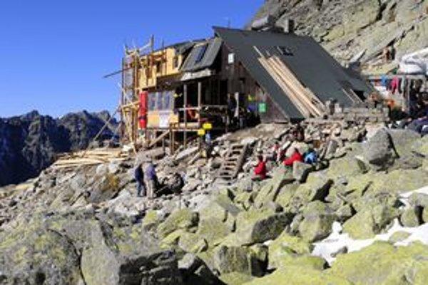 Daňové priznanie netrápilo ani chatára z opravovanej Chaty pod Rysmi.