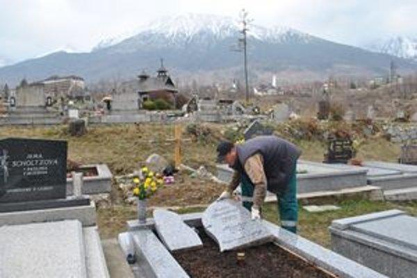 Nekvalitná práca kamenárov. Anton Ilčík pri upratovaní náhrobných kameňov.