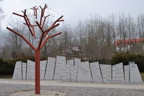 Pamätník pripomína tragédiu vroku 2004.