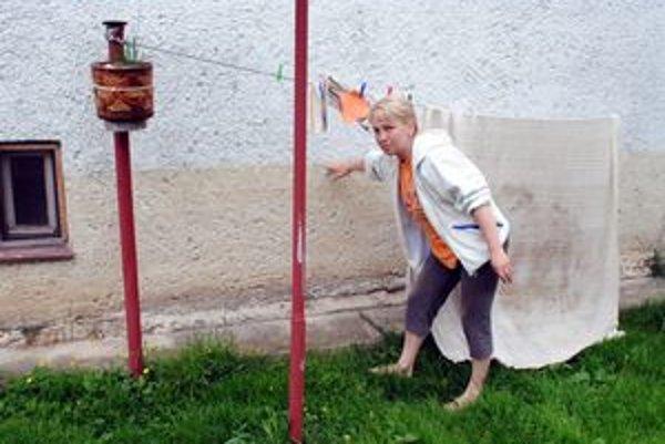 Takto siahala voda. Daniela Romanová nám ukazuje na susedin dom. Dotiaľ bol zaplavený.