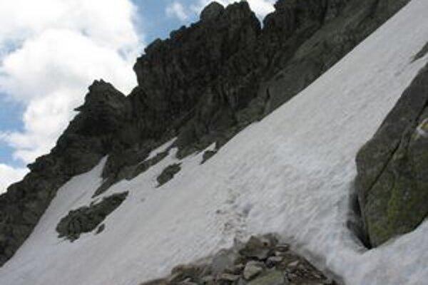 Vo vysokohorských polohách sú stále nebezpečné snehové polia. Aj pod sedlom Bystrá lávka v závere Mlynickej doliny.