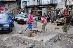 Jeden vodovod. Cez päťsto Rómov má jeden kohútik na vodu.