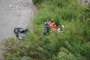 Záchranári. Oživovali oboch pacientov na brehu rieky.