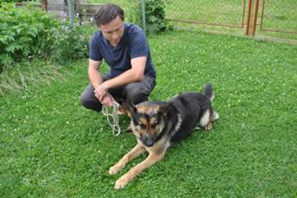 Dušan so psíkom. Dušan Sopoliga svojho psíka miluje a nenechá mu ďalej ubližovať.