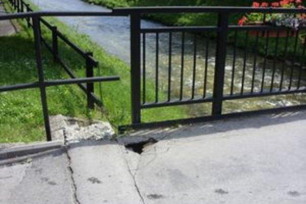 Asfalt zmizne. Pracovníci Správy mestských komunikácií už začali asfalt z chodníka odstraňovať.