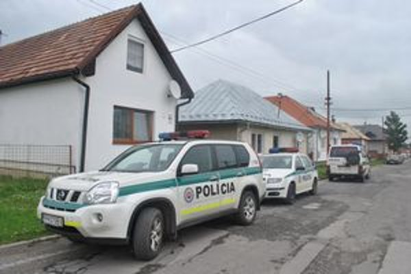 Tri autá. Pri rodinnom dome v Spišskej Teplici stáli včera dopoludnia tri policajné autá. Miestni nevedeli, čo sa stalo.