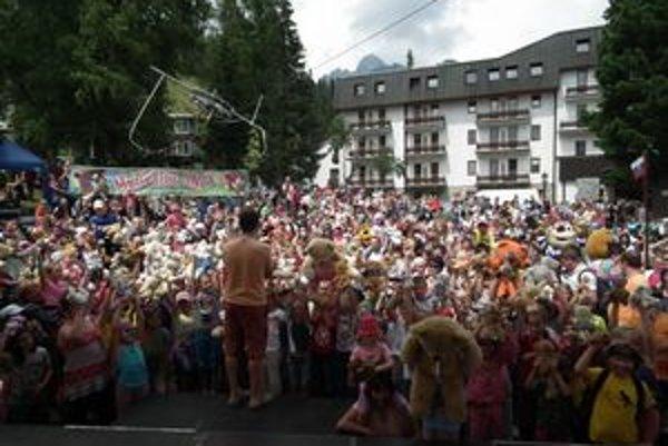 Medvedia fotka. Stovky detí si v sobotu vzali do ruky svojho medvedíka a pózovalo fotografovi.