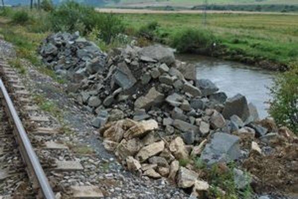 150 ton lomového kameňa. Železničiari sa snažia spevniť svahy, ako sa dá.