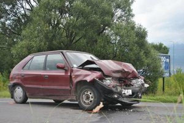 Tri autá. Vo Svite sa zrazili tri autá, najhoršie skončila posádka vínovej Škody Felicia.