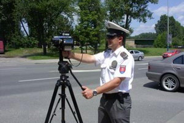 Merajú rýchlosť. Jednou z povinných jázd policajtov je meranie rýchlosti.