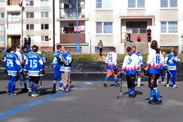 Striedanie hráčov v zápase Veterans - Fanklub. Víťazstvom sa Fanklub (v modrom) posunul do čela priebežnej tabuľky.