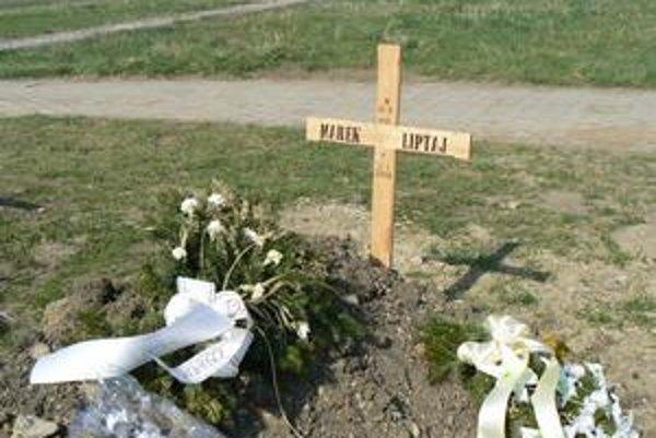 Hrob obete. Matka uvidí hrob až v máji po návrate z Ameriky.