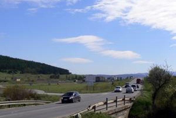 Pred Veľkou Lomnicou. Prvá etapa bude končiť tesne pred Veľkou Lomnicou. Pri súčasnej ceste k čistiarni odpadových vôd.