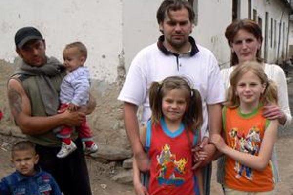 Pavol a Mária Lapšankí. Rodina Lapšanských je dôkazom, že Rómovia a Nerómovia môžu žiť spolu. Na východe, žiaľ, úkaz skôr neobvyklý.