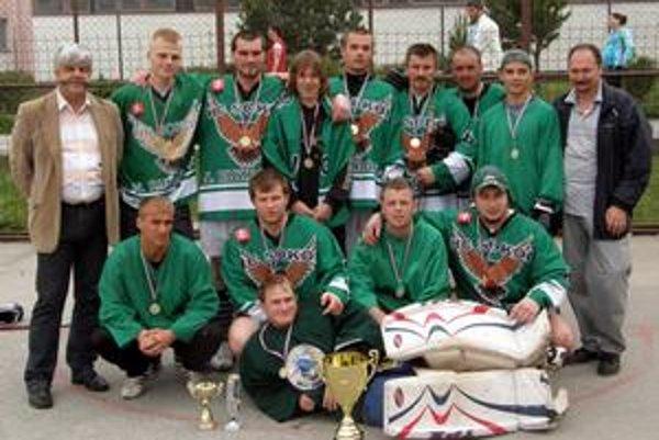 Majstri kežmarskej hokejbalovej ligy HC Sokol Matrix Kežmarok.