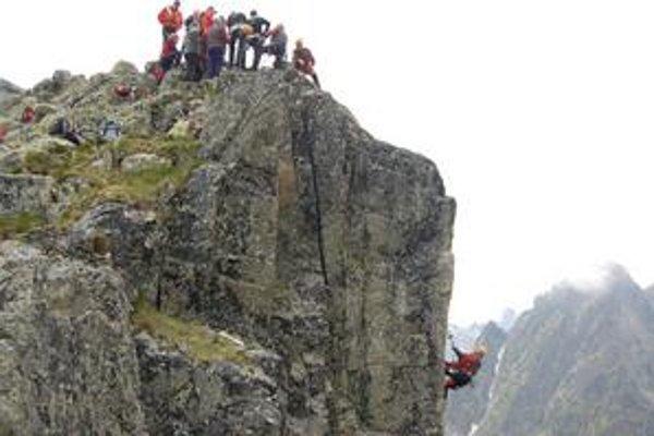 """Medzinárodné záchranárske tímy. Skúšali nové laná. Na prvý pohľad vyzerajú ako """"šnúra na bielizeň""""."""
