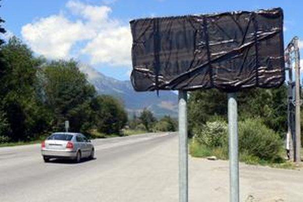 Začiatok Tatranskej Lomnice posunuli o 6 kilometrov. Značku potom začiernili a osada je dodnes bez začiatku a konca.