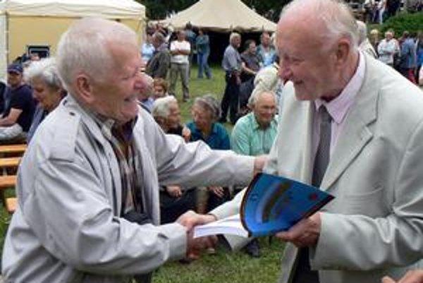 Ivan Chalupecký (vpravo). Žakovčania prijali historikovu knihu s nadšením. V sobotu rozdával autogramy ako popová hviezda.
