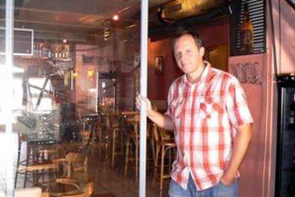 Rastislav Macurák. Reštaurácia vďaka posuvnej stene môže pokračovať v koncertoch. Fajčiari a nefačiari zase na seba vidia.