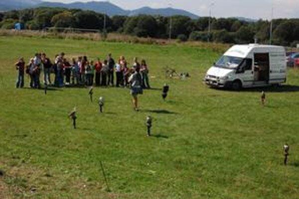 Sokoliari. Priniesli deťom ukázať 30 dravých vtákov.