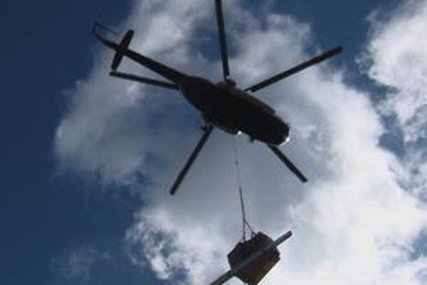Nezvyčajný náklad. Vrtuľníky zvážali solárne panely.