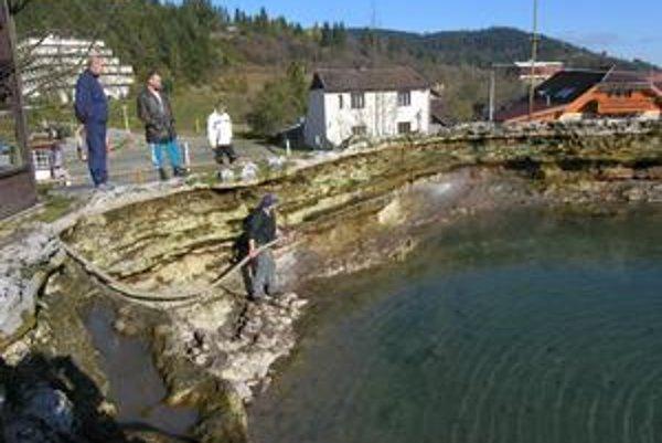 Kráter. Má priemer asi 20 metrov a je tri metre hlboký. Chlapi ho pred rokom čistili podobne ako včera.