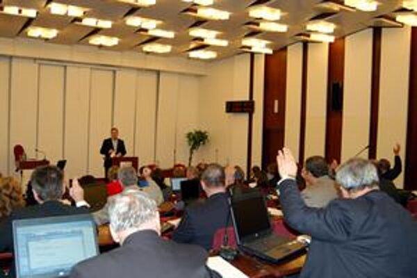 Poslanci. Pre technické problémy elektroniky si poslanci po dlhom čase vyskúšali ručné hlasovanie.